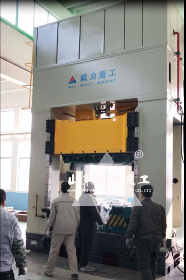 800吨框架式液压机压制现场图